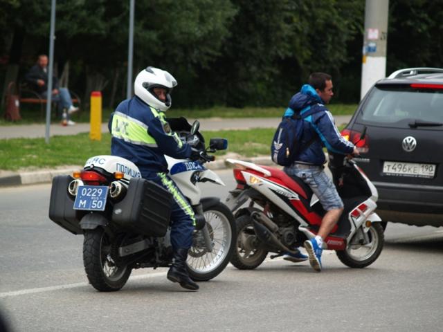 Со скольки лет можно водить скутер: с какого возраста, можно ли ездить без шлема