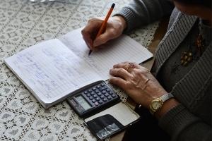 Об уходе за пожилым человеком: социальная помощь на дому, кому положен