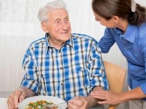 Об уходе за пожилыми людьми за квартиру: как досмотреть за стариками в обмен