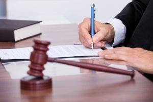 О прекращении уголовных дел в связи с примирением сторон: досудебное и в суде